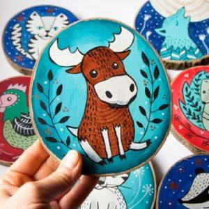 kolorowe ilustracje zwierząt na drewnie
