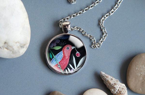 naszyjnik z ilustracją ptaka