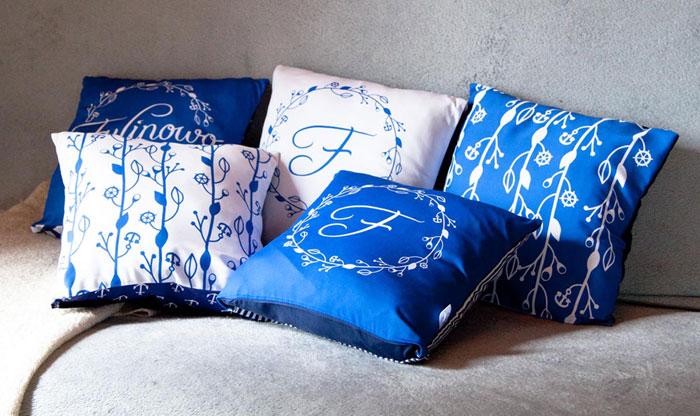 uszyte poduszki z logo fulinowo i projektem tkaniny, kolor niebieski i biały