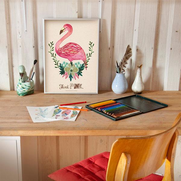 Ilustracja flaminga oprawiona w ramę na biurku artysty