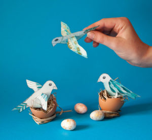 papierowe ptaszki w gniazdkach ze skorupek po jajkach