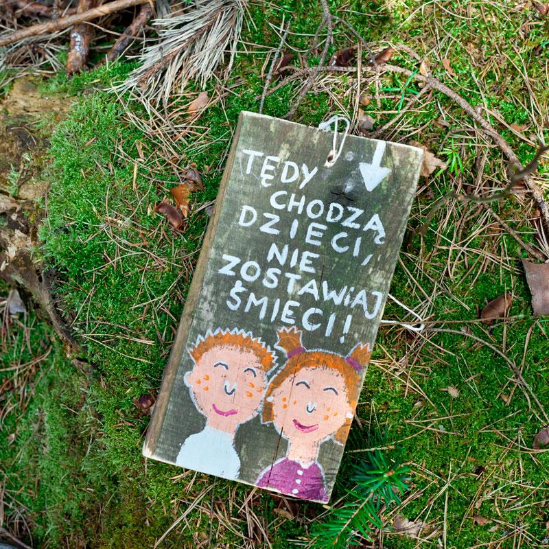tabliczka z ilustracją dzieci i hasłem