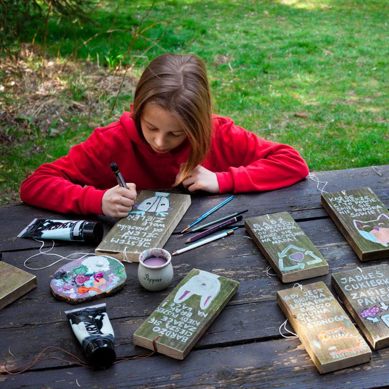 ilustracje malowane na deseczkach przez dziecko