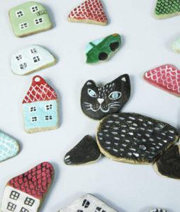 kot i domki układanka z kamyków