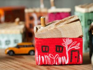 czerwony drewniany domek