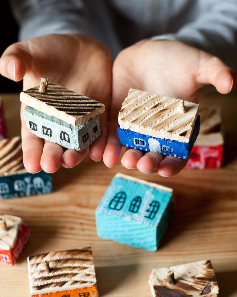 zabawa drewnianymi domkami