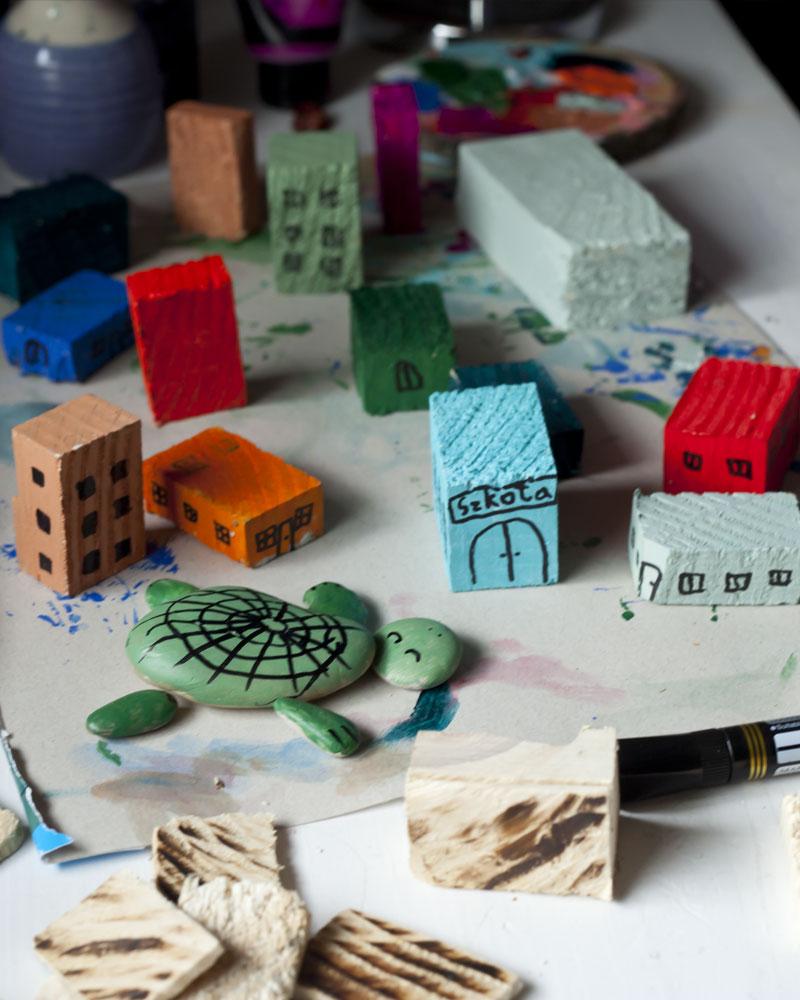 drewniane domki i kamienny żółw