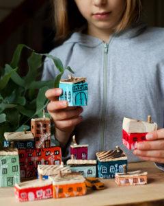zabawa kreatywna drewniane domki