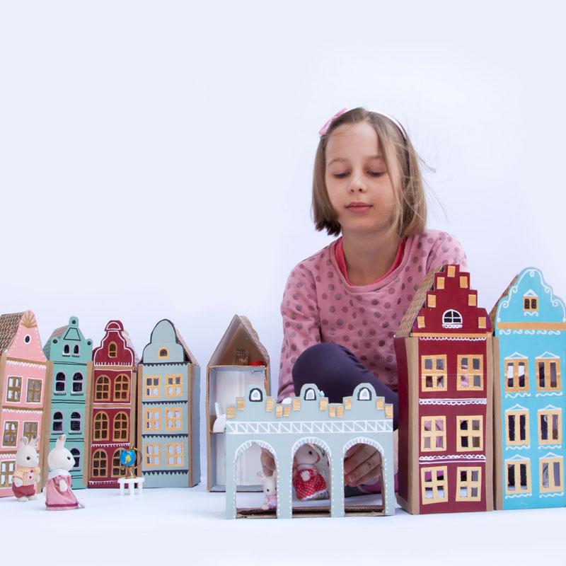 zabawa kartonowymi domkami i figurkami