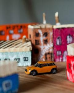 autko w drewnianym miasteczku