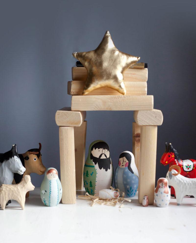 szopka z matrioszkami i drewnianymi zwierzątkami