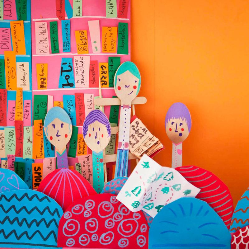 dziewczyny w bibliotece na tle książek, ilustracja do książki